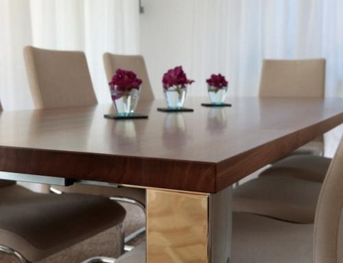 Holztisch mit Alu
